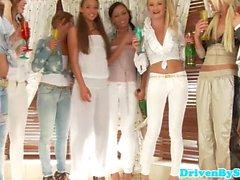 Europäische glam Mädchen lez Partei in Badewanne