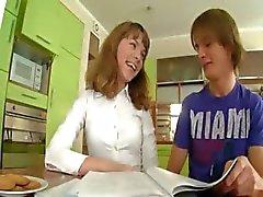 девушки пола на кухонный стол