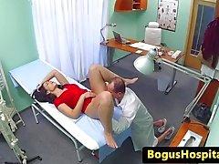 Euro paciente follada por el médico durante el examen