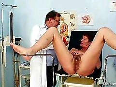 Mütter behaarte Muschi Gynäkologen Untersuchung im Spital