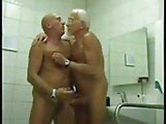 2 Baba :-) bir banyo nasıl çalıştığını biliyorum
