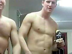 SILENZIOSO Soldiers perdita di tempo durring Un Gruppo della doccia non SESSUALE