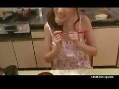 Güzel sıska Japon ev kadınıyemek masası veyatak odasında becerdin alır
