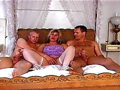 Britse MILF Josephine James in een MMF trio