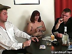 Strip poker conduce al conjunto de tres