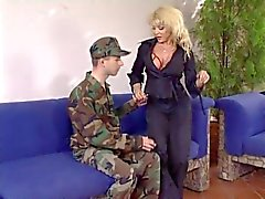 FÄLLIGE FRAU prüft eine Soldaten Qualifikationen und seine dick