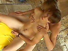 Två väckte homosexuella dudes kyssas och ge varandra en handjob utomhus