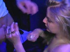 Jess Baby se donne a des mecs dans un sexshop