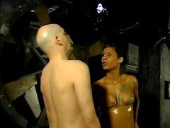 Dois amantes sádicos corda até seu escravo e tortura-lo