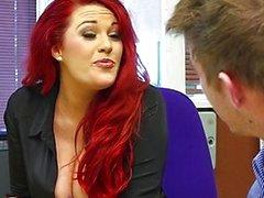 Roodharige secretaresse wordt sloeg door big- dick