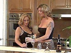 Trio de lesbianas en la contador de cocina