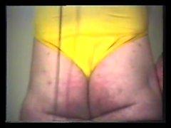 Skinny gay twink har en varm solo jerk på sängen