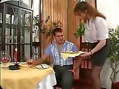 rondborstige serveerster en klant