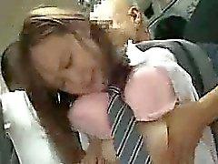 Kız öğrenci bir Otobüs kullanarak içinde oral seks ver zorundadır