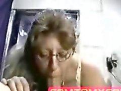Nerdy kamerası milf büyük bir İzlemek ister yiyor