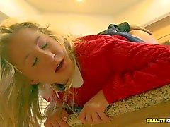 Junges blondes Casi Jakob erhält in der Küche humped