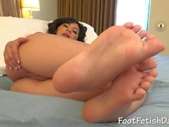 Lee shows her pretty body and feet