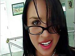 De Latina avec des verres puits baisée