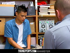YoungPerps - Guarda muscular leva a virgindade dos ladrões de lojas