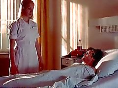 Verpleegster Franka Potente geeft patiënt terughoudend handjob