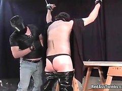 Экстрим в маске парня отшлепать противный геев чувака пока задницу поворотах