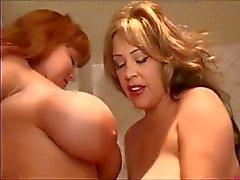 Hugetitted Babes leker i badrum