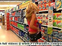 Di Dani bruna giovane con lunghi capelli e naturale tette le tette lampeggianti pubbliche e di esercitare all'aria aperta nudi