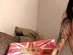 Tatuoituja slut Analyysi nai valamalla couch