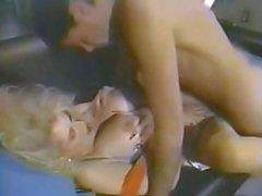 Busty sarışın Sally Layd darbeler , yumruklu ve bir ağız dolusu çivilenmiş alır