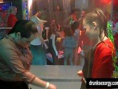 Sinfully lésbicas começ selvagens em um clube