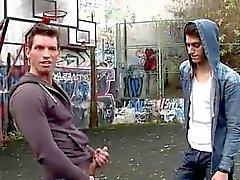 Los chicos adolescentes tienen sexo gay en video de autobús Sexo anal después de una cesta