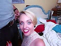 Slutty blondi porton Miley Saattaa Fucked iso musta kullia
