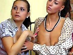 Betrunkene Mädchen spielen Lesbenspiele (360p) - filmehd4u