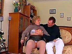 Chubby Granny in kousen zuigt en neukt