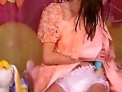 2 adolescentes belas desgastam as fraldas jogam no quarto de dormir