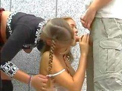 Zwei heiße Blondinen teilen ihren Freund
