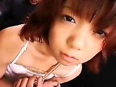 Attraktive japanische Mädchen in weißen Höschen wird gefesselt und
