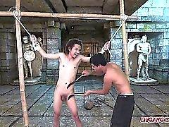 Азиатский мальчик Chi Tied и Tickled