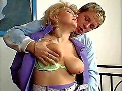 Hot Blonde Euro Granny Cougar näven