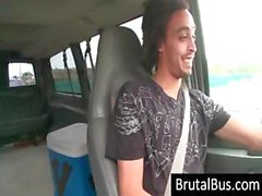 Typ treibt die den Bus umher und suchte eine Küken und aufnimmt sich