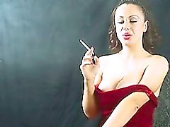 Pervers un poussin vigoureux mûr tabagisme