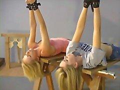 Duas loiras acordar de armazém para bdsm roleplay