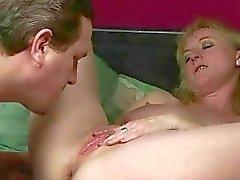 Kaksi miestä vitun ja pissing masture narttu