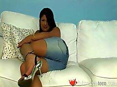 Maya biet tonåring stripp panties och lek med fitta