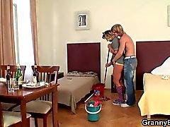 Reinigung fällige Frau reitet seine harten Fleisch