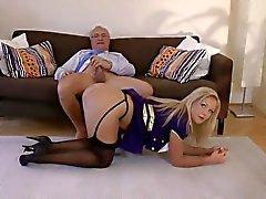 Vecchio uomo incontra una hostess carino