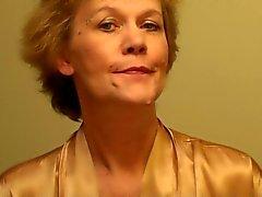 Old Lady sätter på en underkläder och lägger en make-up