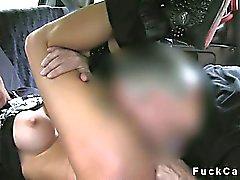 Graziosa amatoriale grosse tette micio con piercing di falsa il taxi