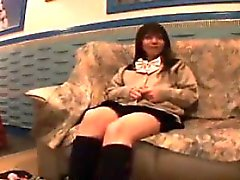 Di abbagliamento teenager giapponese ha un sex toy facendo di lei pantie di colore rosa