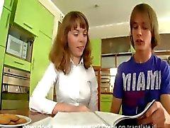 Tieners coïtus op de keukentafel